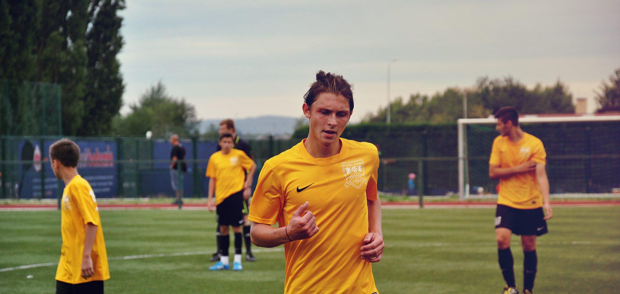 Футболист бежит в сторону камеры